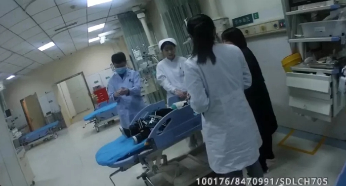 45秒|两儿童误喝油漆稀料 高唐交警紧急护送转院急救