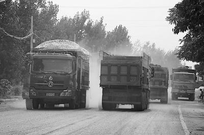 大型超载货车通行损毁乡村道路 阳谷129公里县乡公路正在维修