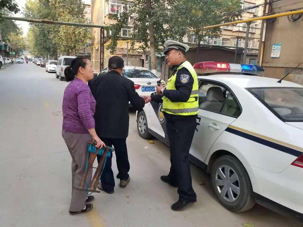淄博一九旬老人外出寻老伴迷路 交警助其归家