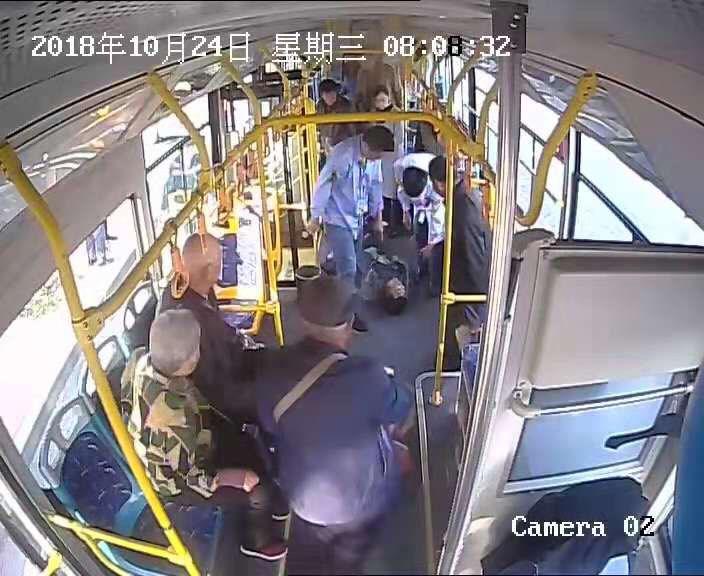 淄博:公交司机一声喊 七名乘客去救人