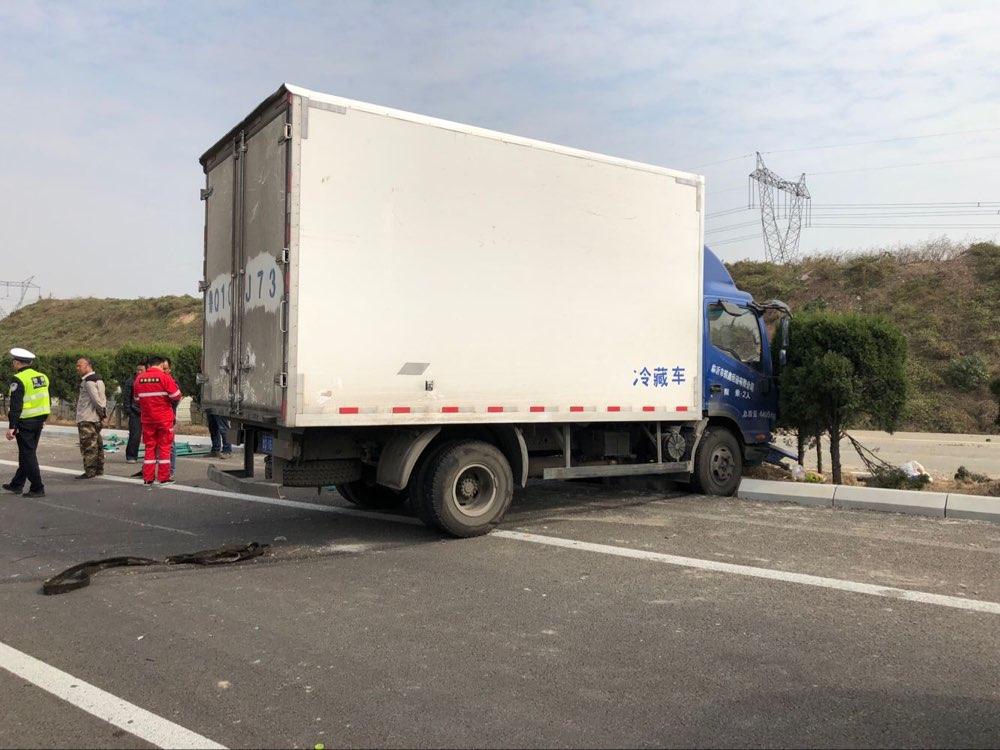 淄博:箱货车高速路撞上中央护栏 滑行30余米