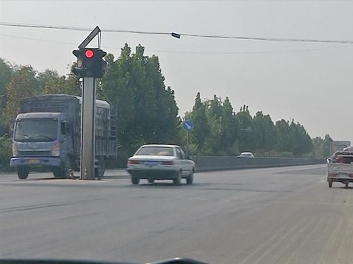 49秒丨聊城这个路口信号灯成摆设 5分钟近50辆车闯红灯