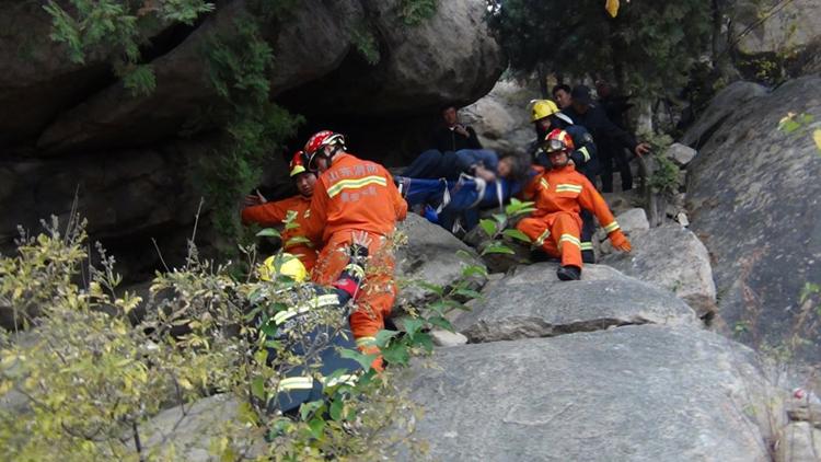 52秒丨新泰一七旬老太被困山顶 消防肩扛手抬救下山