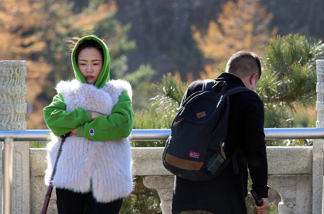 =͟͟͞͞大=͟͟͞͞风=͟͟͞͞吹=͟͟͞͞啊=͟͟͞͞吹=͟͟͞͞ 泰山游客裹紧棉衣热情不减