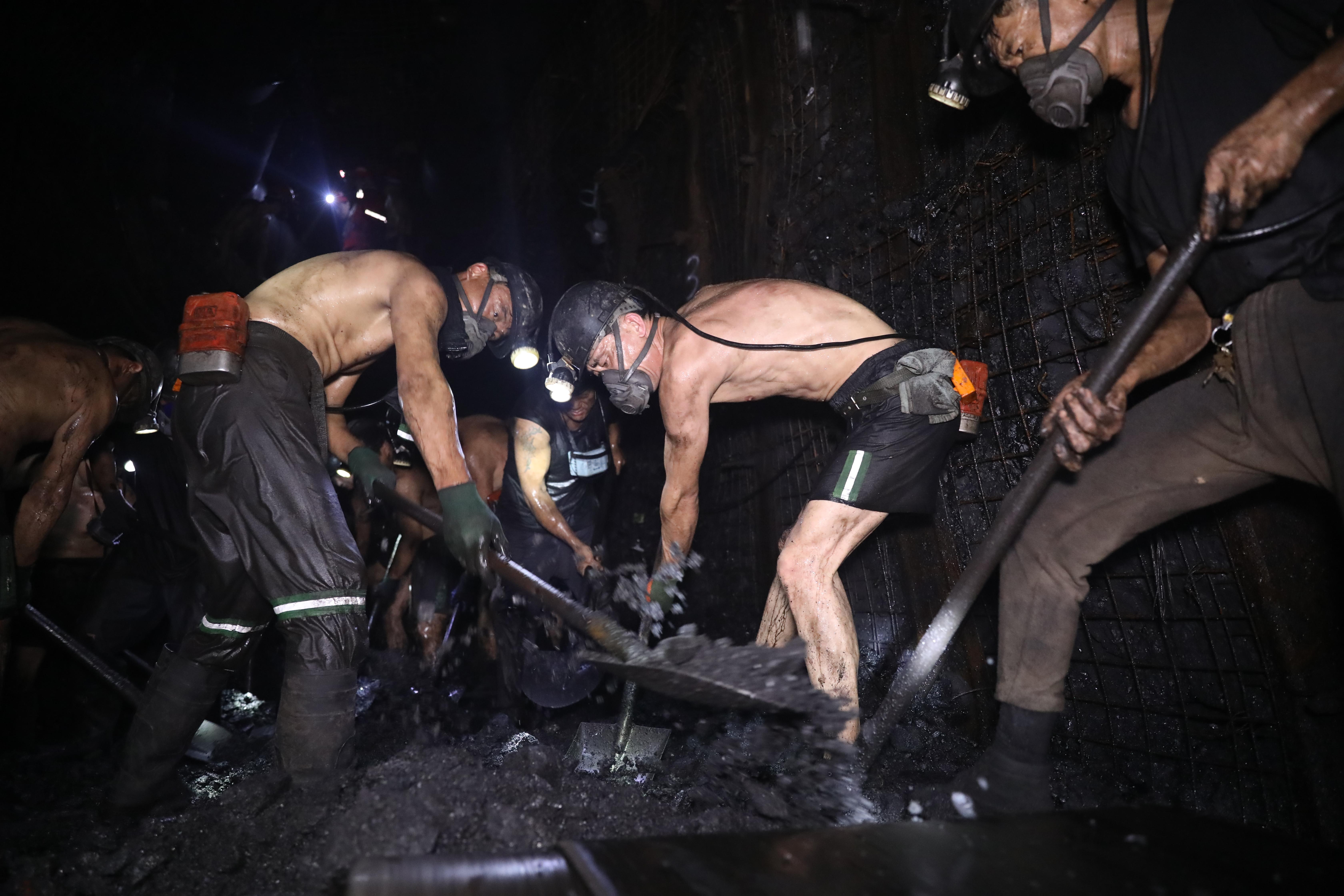 决不放弃!为了矿工兄弟,他们赤膊在千米井下展开生死博弈