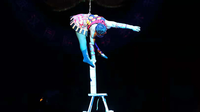 98秒丨德州杂技首次登上国际大赛舞台 演员在8米高椅上单手劈砖
