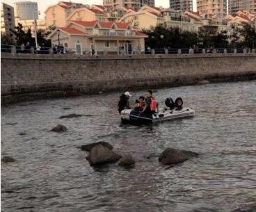 游客突遇涨潮被困礁石 青岛消防队员紧急救援