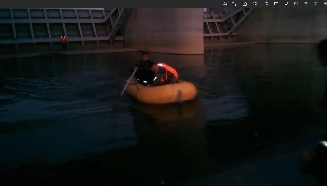 老人坠落大坝被困 青岛消防队员紧急救援