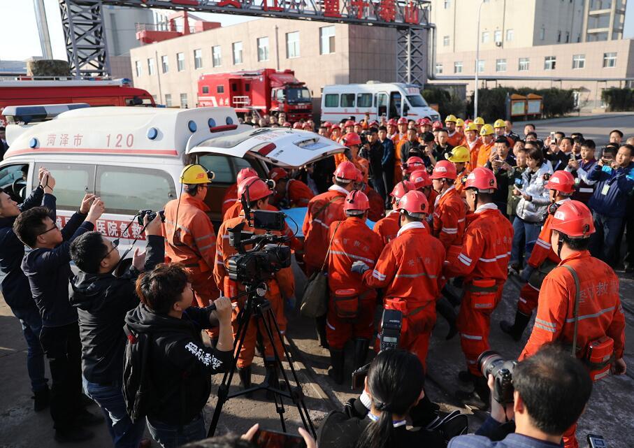 龙郓煤业冲击地压最后一名被困遇难矿工升井