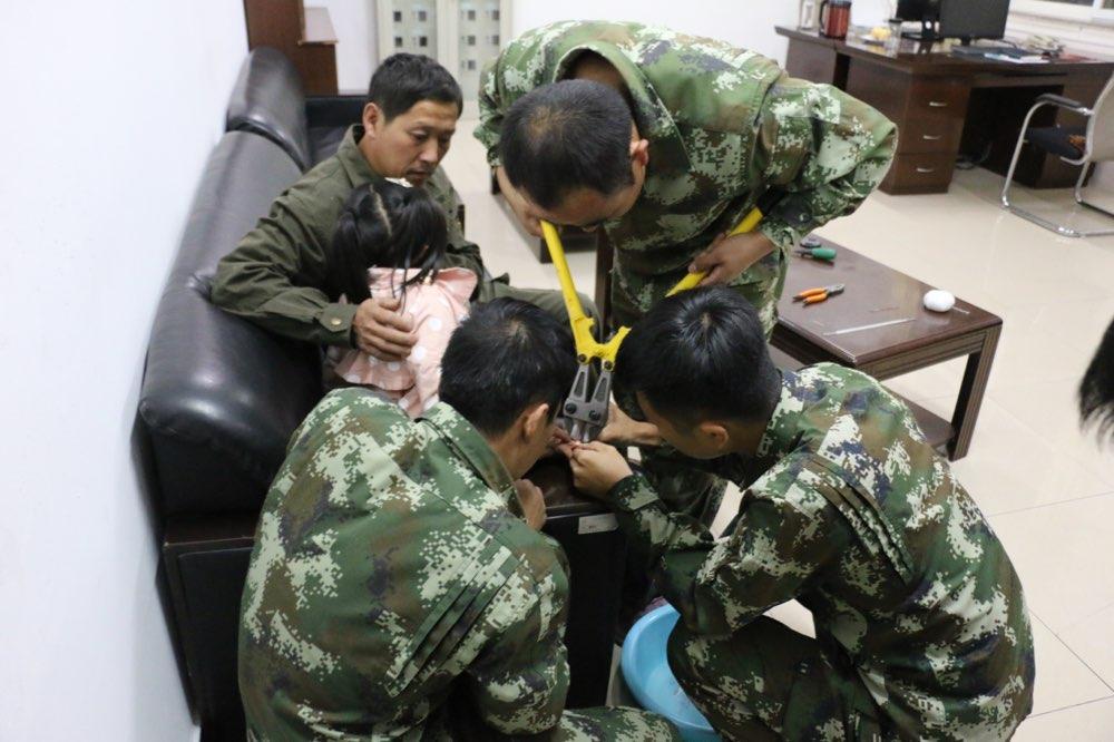 戒指卡住10岁小女孩手指 海阳消防员剪切摘除