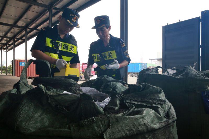 青岛海关查获禁止进境固体废物61吨