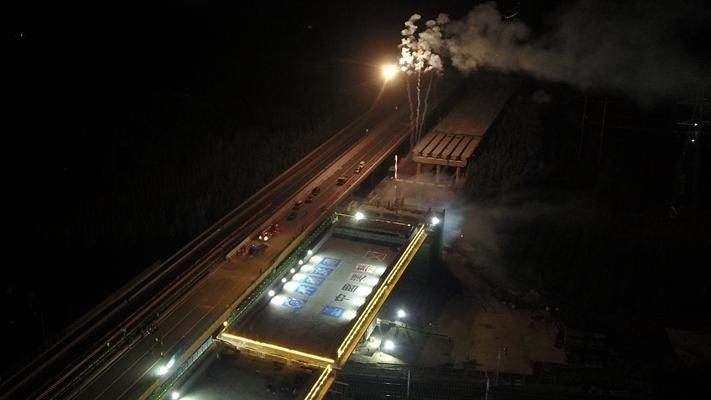 航拍丨3.2万吨重滨莱高速跨铁路转体桥转体 创造山东新纪录