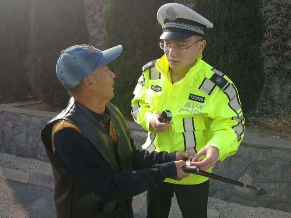 """青岛:老人上高速""""遛弯""""迷了路 巡逻交警紧急救助"""