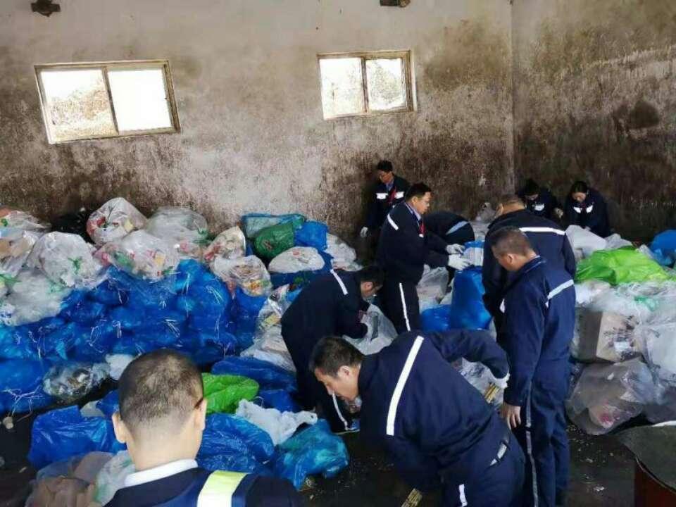 点赞!青岛机场翻找百余袋垃圾帮旅客找回遗失证件