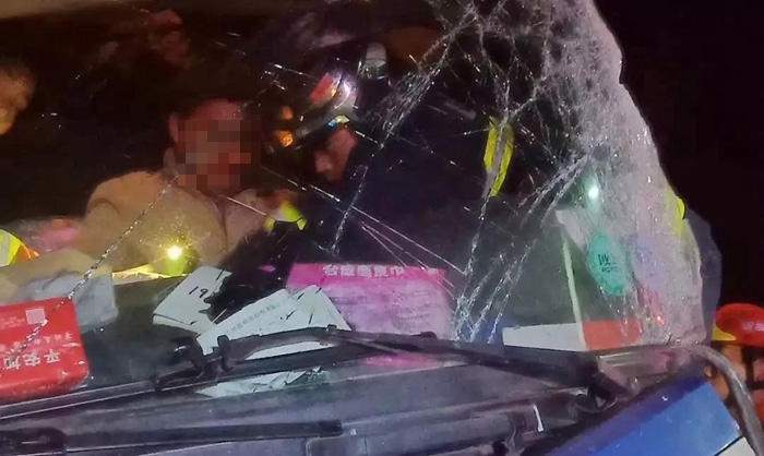 凌晨疲劳驾驶两货车对撞司机被困 聊城消防成功救援