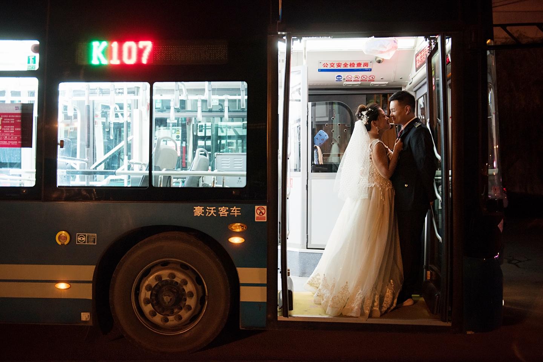 47秒丨爱人爱车缺一不可 公交车驾驶员携准新娘与车同拍婚纱照