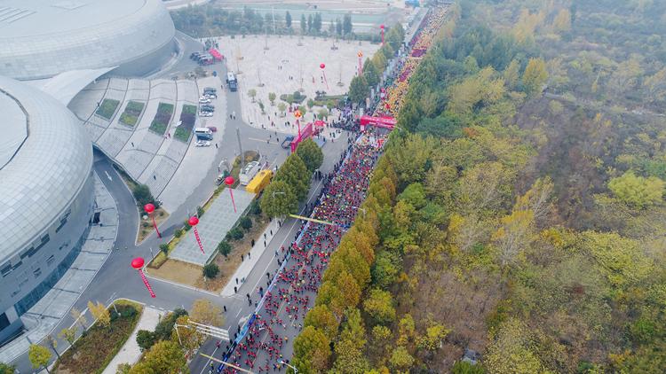 34秒丨独家航拍视角带您空中看2018枣庄国际马拉松