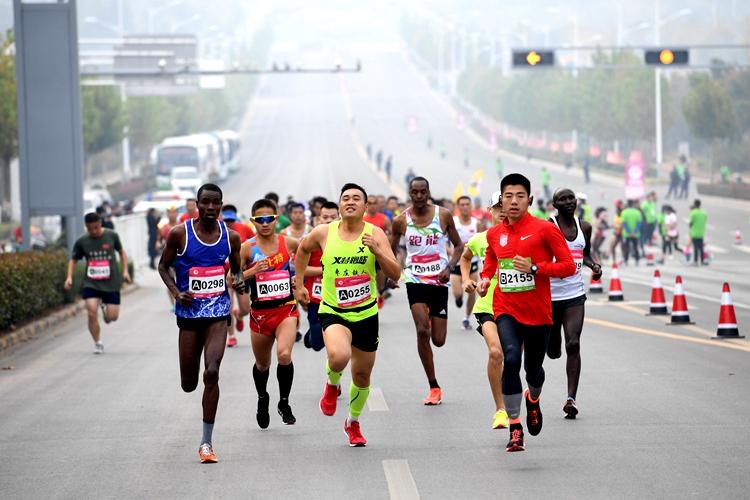 2018枣庄国际马拉松鸣枪开跑  7296名选手尽揽城市美景