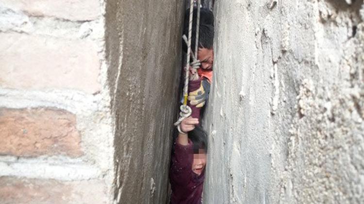 51秒丨东平5岁女孩卡进15厘米墙缝 消防破墙救童
