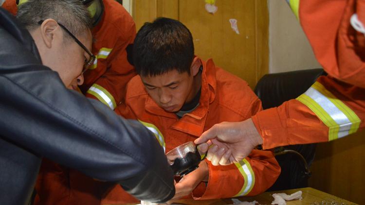 60秒丨新泰一中年男子好奇戴戒指摘不下来 消防解救