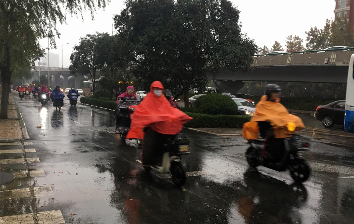 """组图:""""超凶""""的冷空气来了!山东降温降雨,行人出街姿态满分"""