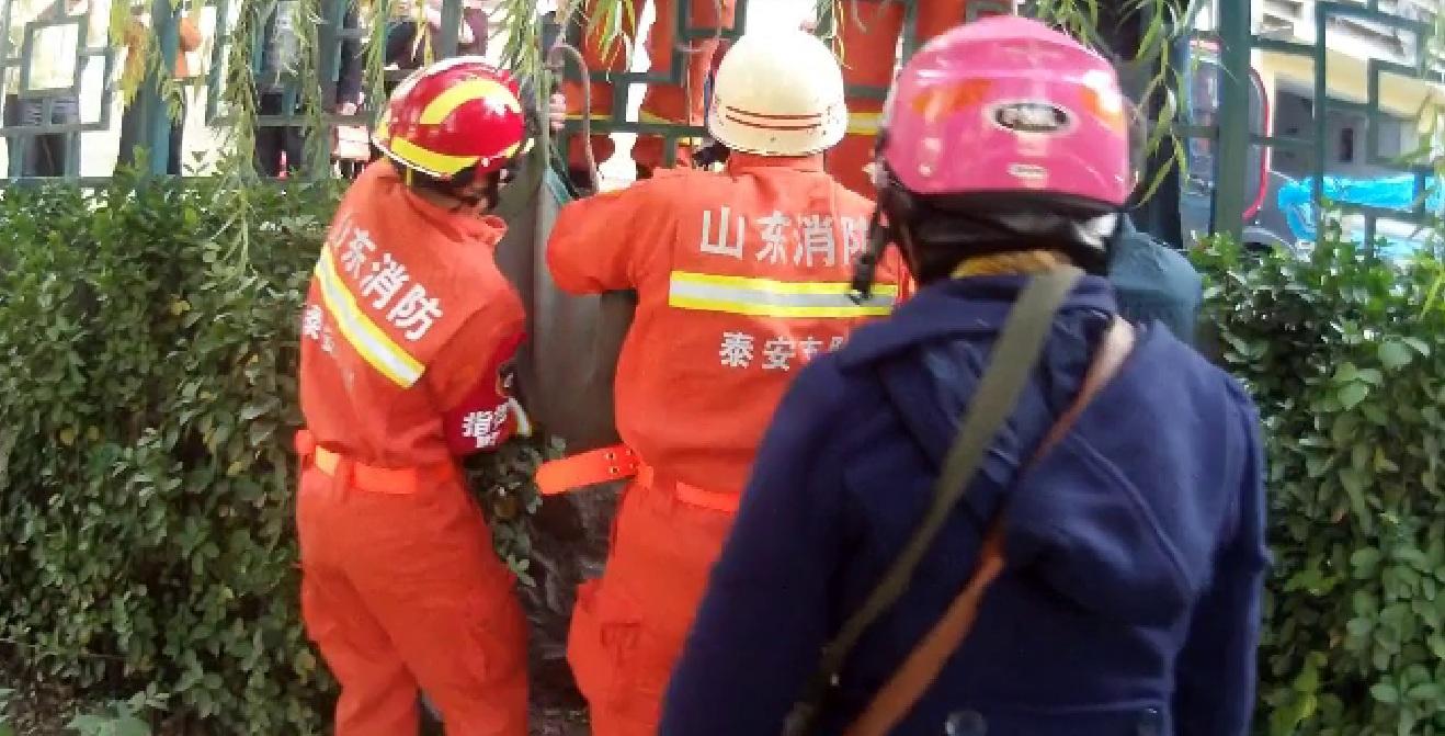 31秒丨泰安:男子河道旁昏迷 消防120联手救援