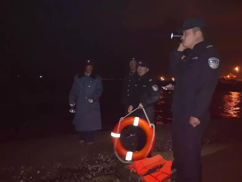 日照:男子灯塔钓鱼被困礁石 东港警方深夜开展救援