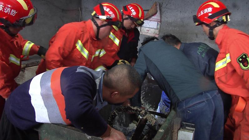 诸城:饲料搅拌机夹住手臂 消防紧急救援