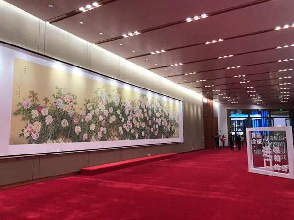菏泽巨野牡丹画亮相首届进博会 130朵牡丹画寓意深刻