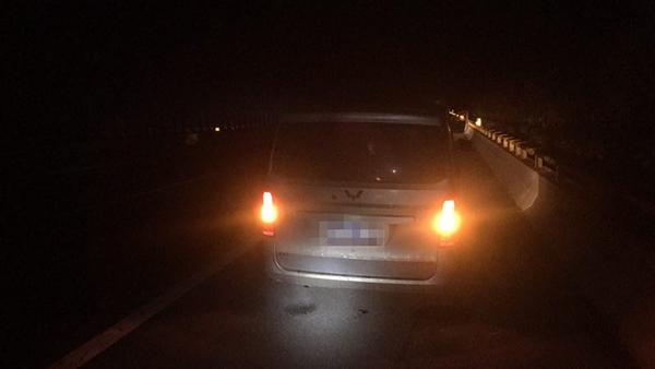 淄博:驾驶员违法操作 面包车不堪重负高速爆胎