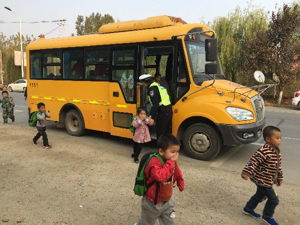 临沂交警开展幼儿园校车安全事故应急逃生演练