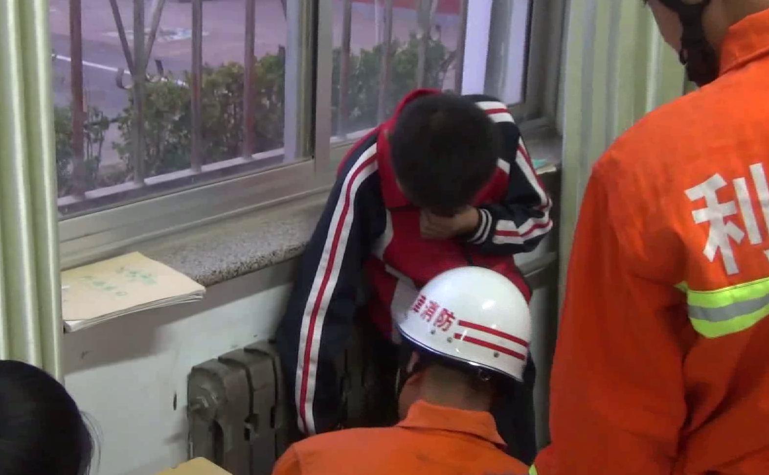 57秒丨东营男孩学校内贪玩手卡暖气片 消防撬动缝隙施救
