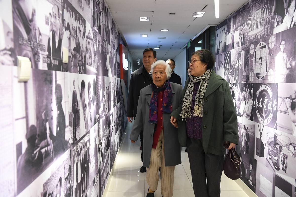 老物件见证山东广电70年光辉岁月 第一代播音放映员感受创新改革融媒发展