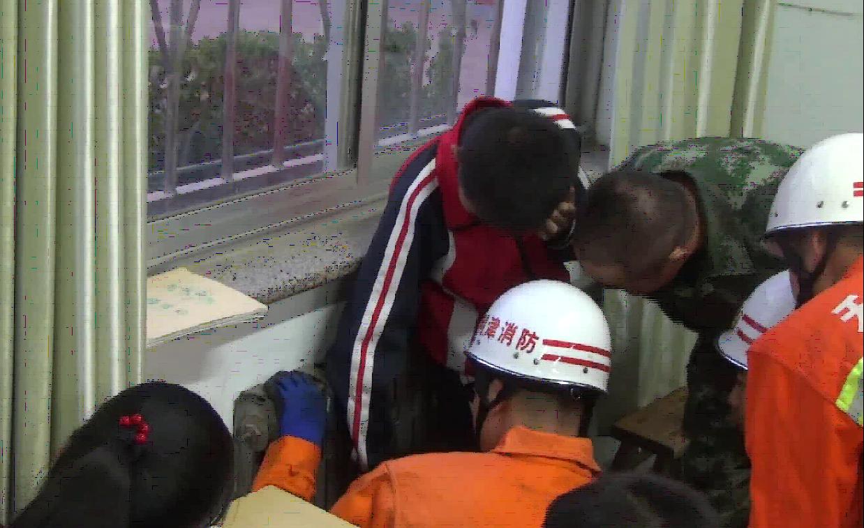 熊孩子不省心!男孩手卡暖气片 东营消防成功救援