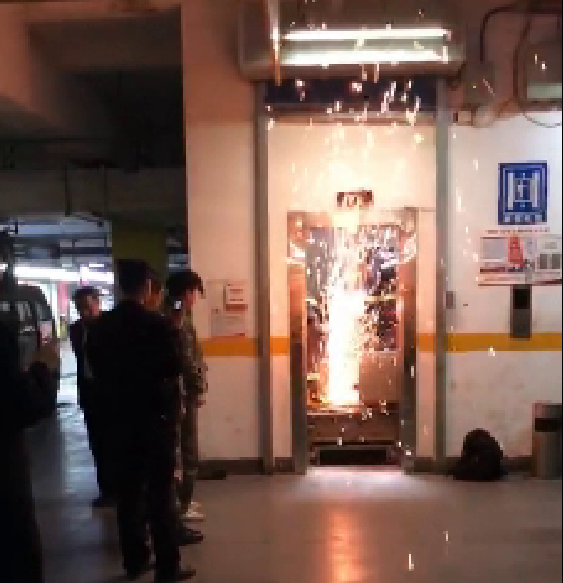 济南:电梯故障10人被困 消防切割顺利救援