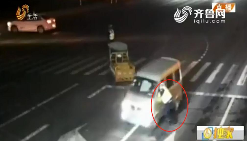 惊险!酒驾司机遇夜查 猛踩油门拖行交警50多米
