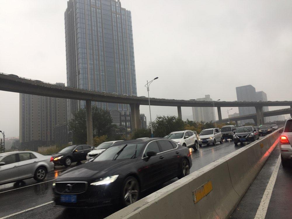 堵堵堵!早高峰遇上小雨天气 济南燕山立交桥四个方向堵车