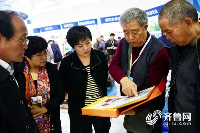 2018年10月2日,茌平县剪纸艺术家武立序在山东省文博会上。 (3)_副本.jpg