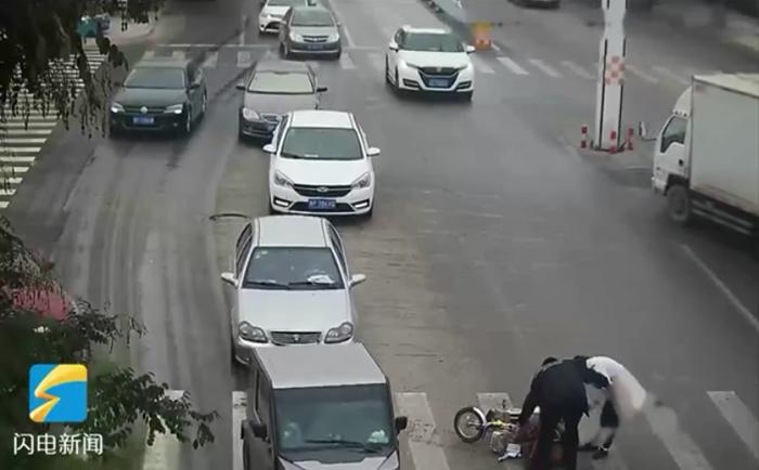 48秒|莘县一妇女骑车过路口不慎摔伤,路过的民警这样做......