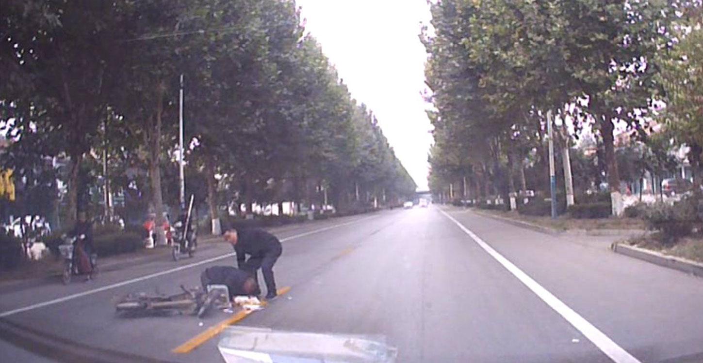 40秒丨慢点!妻子话音刚落 丈夫驾车撞飞路人