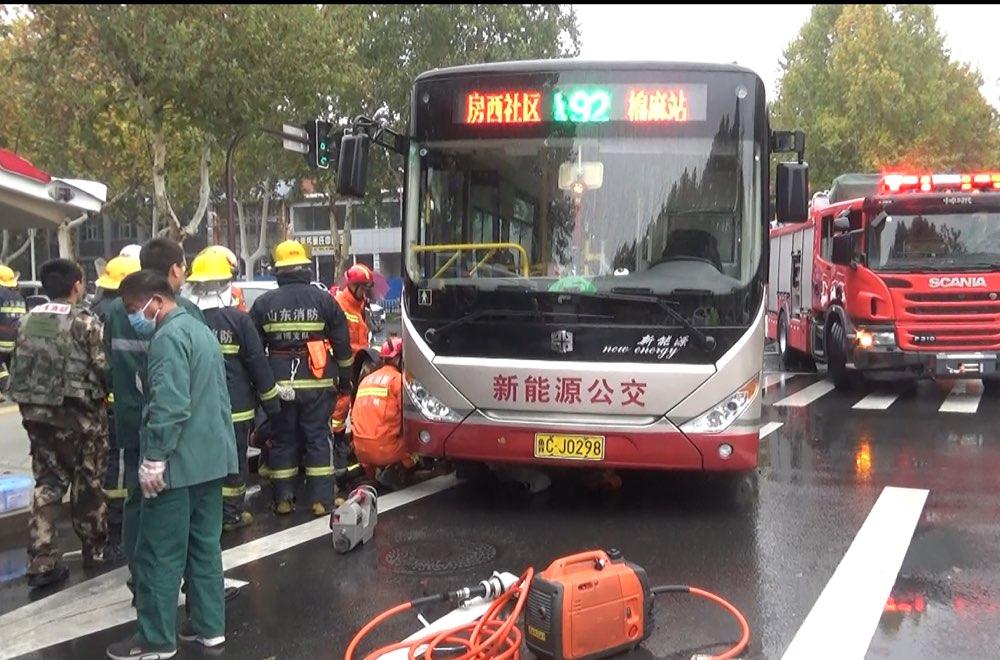 淄博一男子被卷入公交车底 不幸身亡