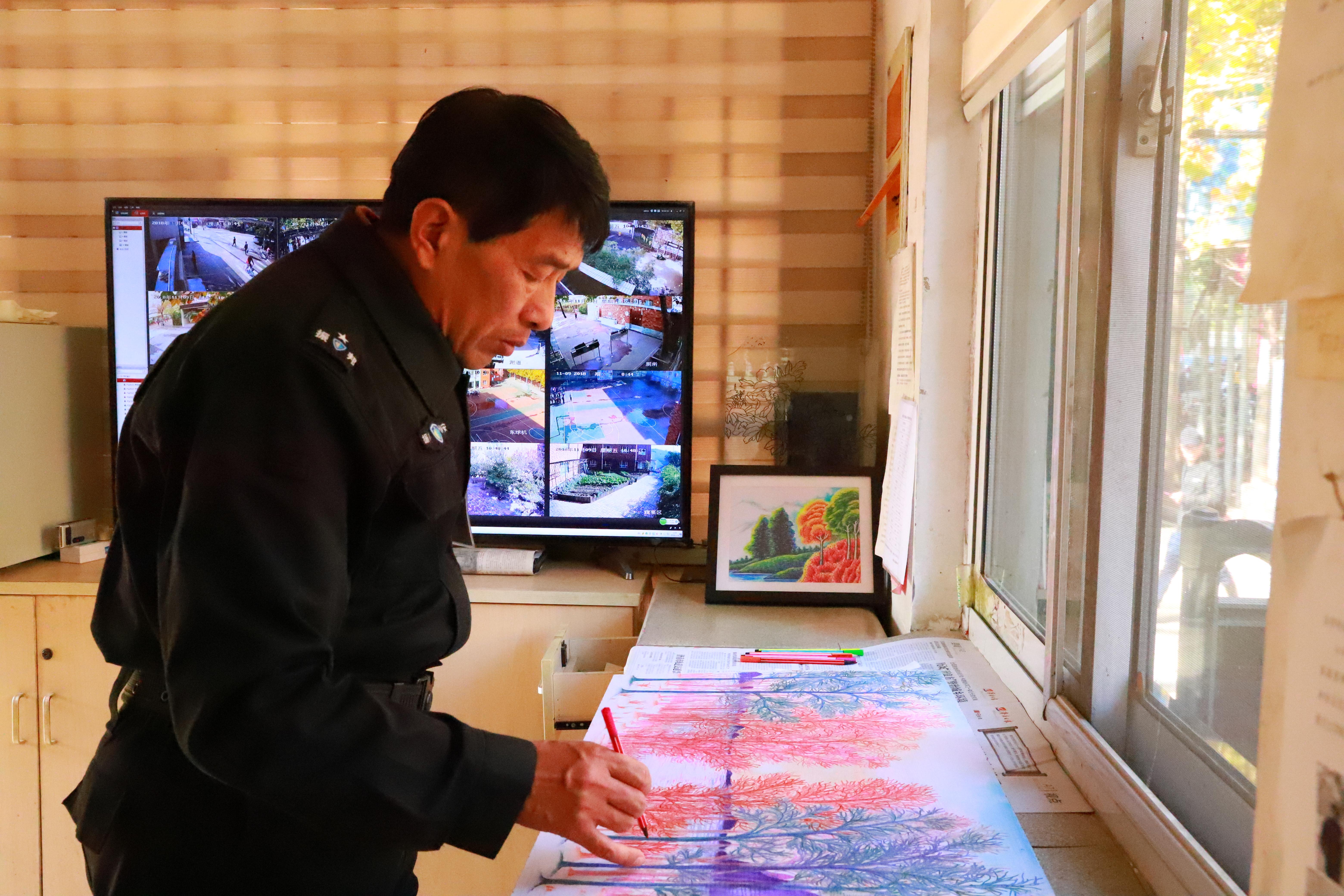 """83秒丨济南小学保安""""逆袭""""成画师 学生纷纷拜师学艺"""