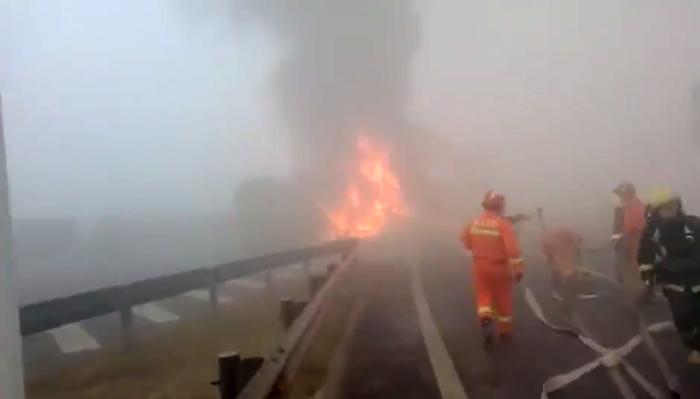 34秒|青银高速高唐收费站附近多车连撞油罐车起火 目前火势已控制