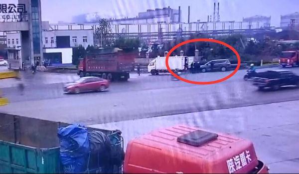 岚山交警快速出击查扣一厢货违法载人违法行为