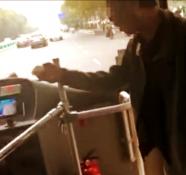"""因乘公交""""上错门""""被拒 潍坊""""彪悍男子""""赌气拦车"""