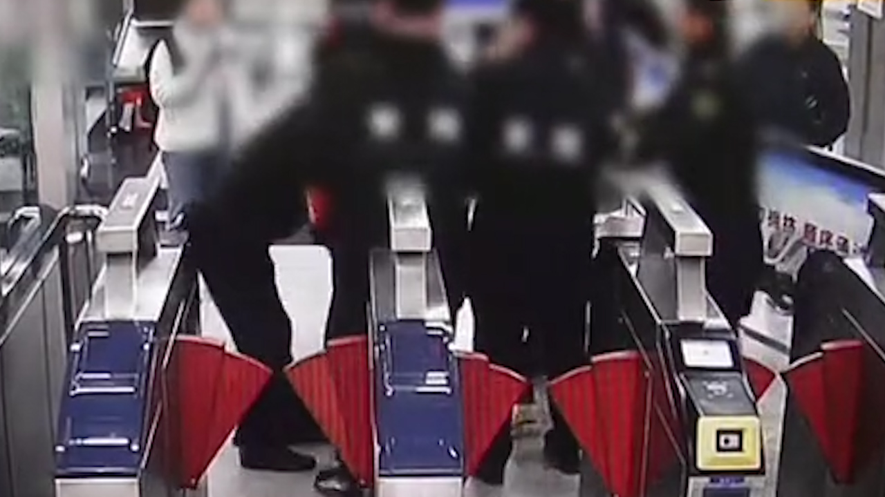 96秒 大四女生带刀闯安检殴打民警 网友:大学究竟学了什么