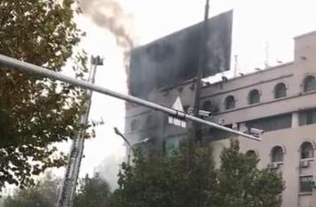 突发!潍坊胜利街虞河路附近一楼房广告牌失火