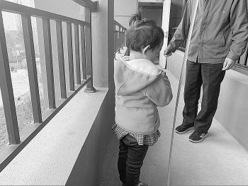 连廊护栏易攀爬事故频发 济南业主盼加高到1.8米是否合理