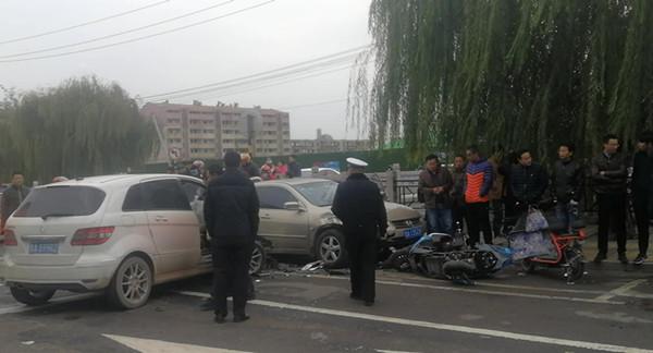济南梁府小区门口车祸致一人死亡 目击者:肇事女司机吵架后出门