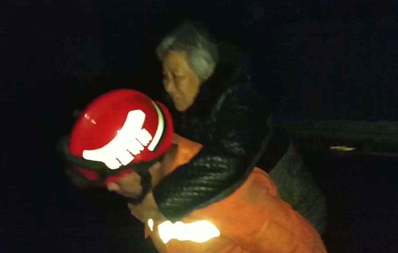 38秒丨枣庄一桥洞积水三轮车被淹  消防员蹚水背出六旬老人